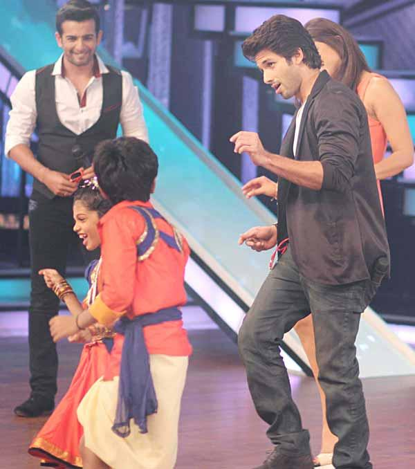 Shahid and Priyanka Dancing Pic With DID Lil Champs