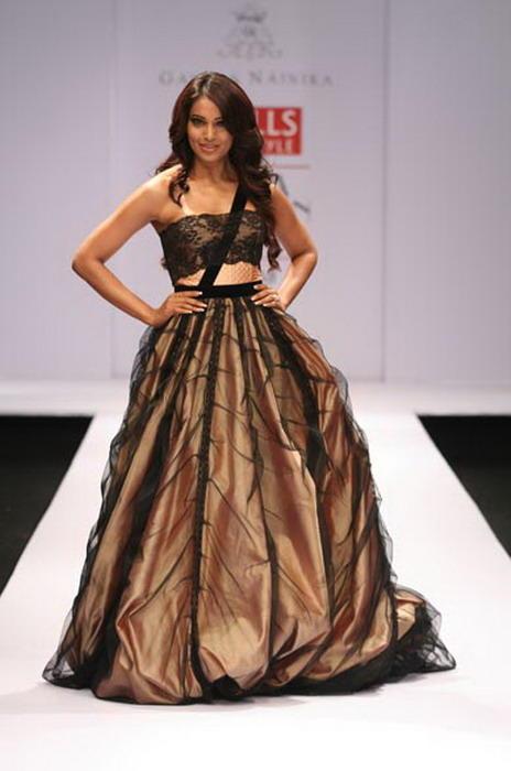 Bipasha Basu Walk The Ramp In Prom Gown