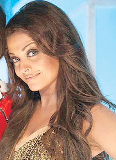 Hollywood Makeup Artist Create Aish Look On Sets Of Action Replay But Ash Using Her Favourite Stylist Ojas Rajani