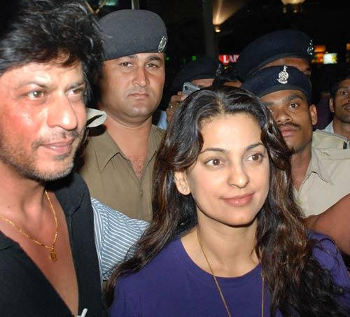 Shahrukh With Juhi Spotted At Airport