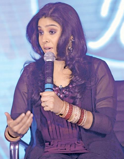 Sunidhi Chauhan In A Serious Discussion