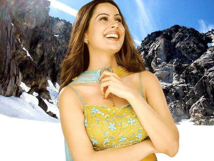 Nandini Singh Sweet Smiling Wallpaper