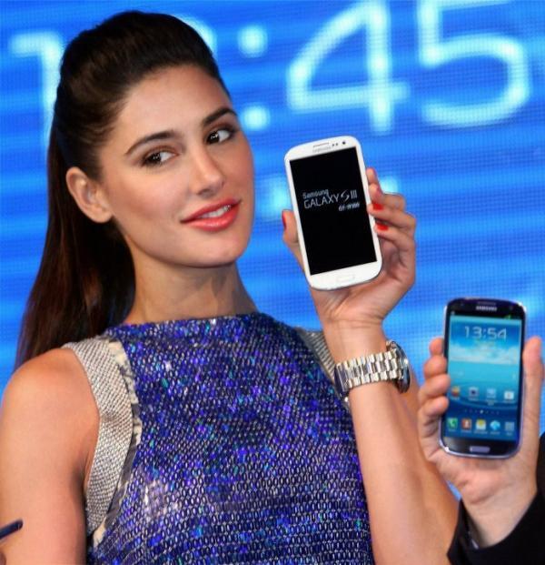 Nargis Fakhri Show The Samsung Galaxy SIII Mobile