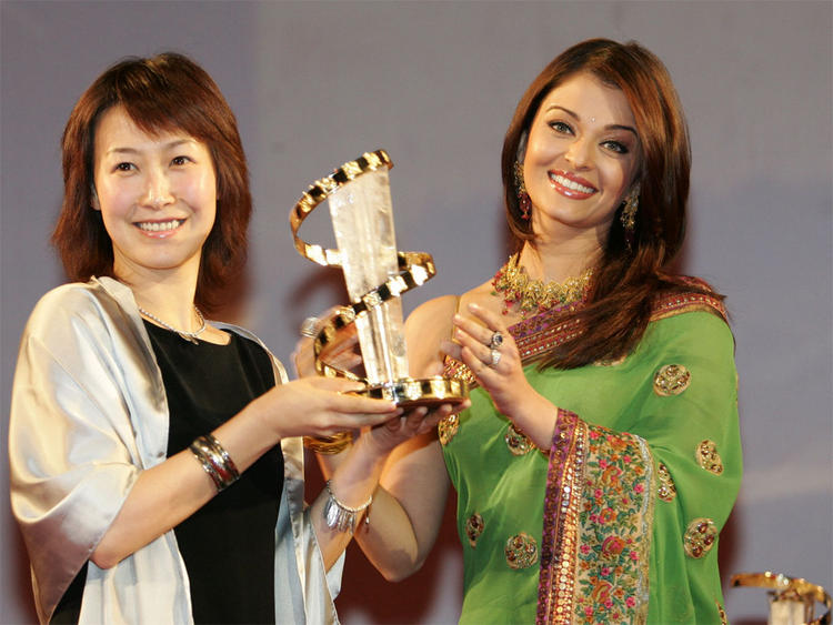 Aishwarya Rai Pose With Award