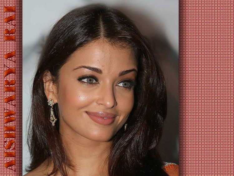 Aishwarya Rai Sweet Smile Pose Wallpaper