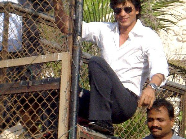 Shahrukh Climb The Wall To Greets His Fans