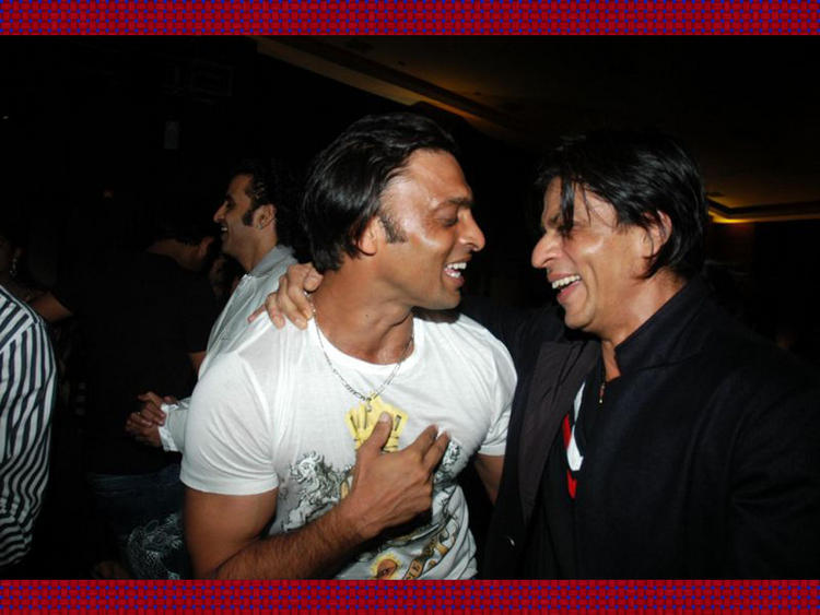 Shahrukh With Rawalpindi Express Shoaib Akhtar Cool Pic