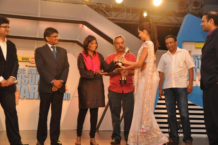 Genelia wins Best Brand Ambassador Award at CNBC Awaaz Consumer Awards
