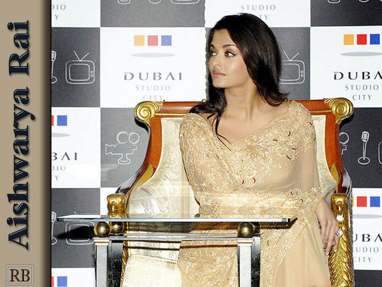 Aishwarya Rai Sitting Pose Wallpaper