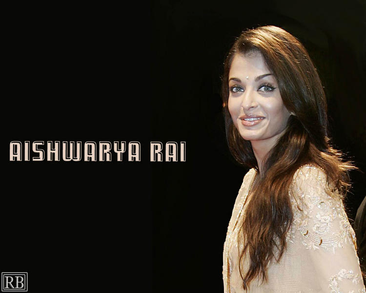 Gorgeous Aishwarya Rai Cute Look Wallpaper In Saree