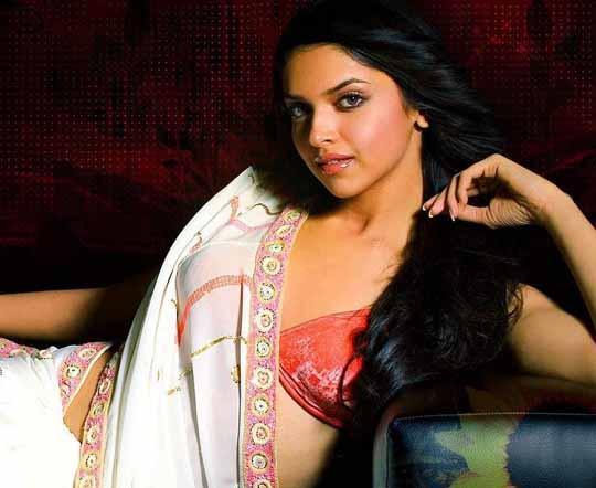 Deepika Padukone Spicy Pose In Saree