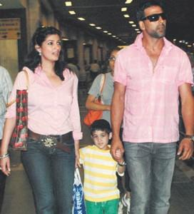 Akshay Kumar With Wife and Son