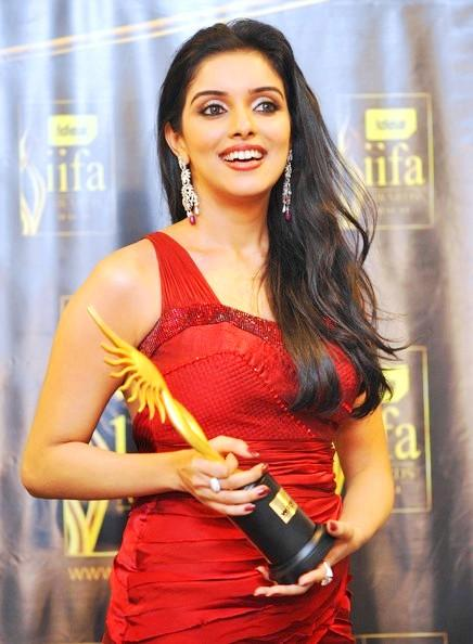 Asin Thottumkal Looking Very Gorgeous With IIFA Award