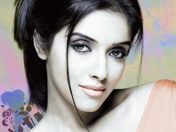 Asin Thottumkal Smoky Eyes Look Still