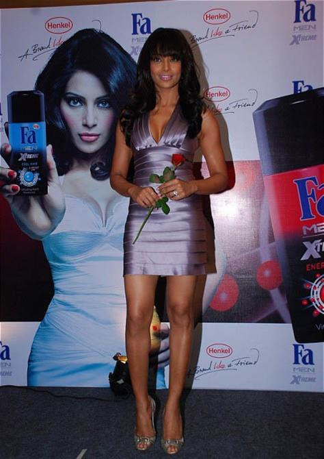 Bipasha Basu Sexy Dress Hot Pic
