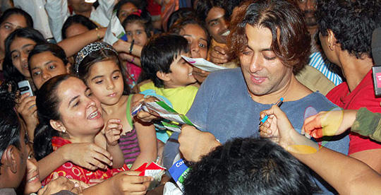 Salman In Tere Naam Hair Cut Style With His Fans
