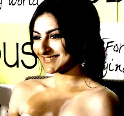 Smiling Soha Ali khan Hot And Sexy Pic
