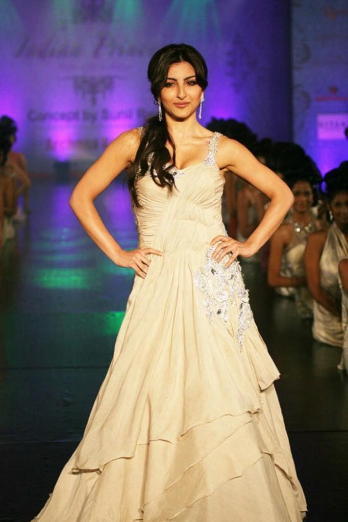 Soha Walks The Ramp For Archana Kochhar Photos