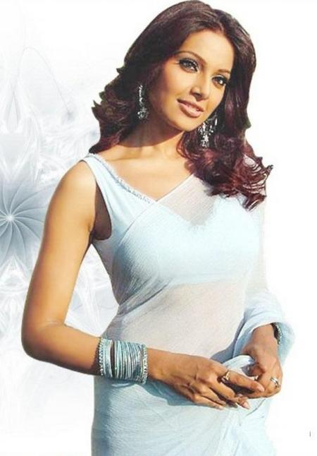 Bipasha Basu Stunning Sizzling Cool Pic In Saree