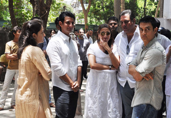 Aamir,Sharman And Others AT Raj Hirani Father's Funeral