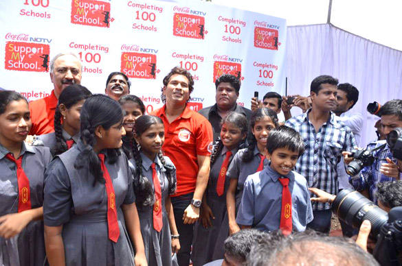 Sachin Tendulkar Poses With Childrens