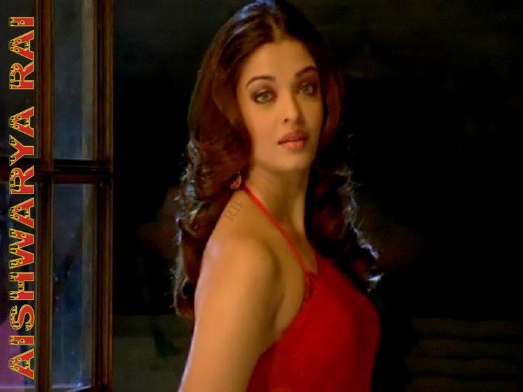 Aishwarya Rai Sizzling Sexy Wallpaper In Red Saree