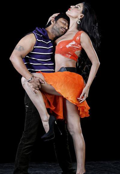 Veena With Akshay Hot Scene In Dirty Picture