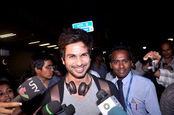 Shahid Kapoor Smiling Look At Airport