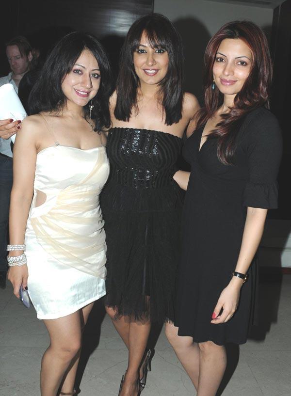 Madhuri,Anjali And Shama Pose For Click At Party
