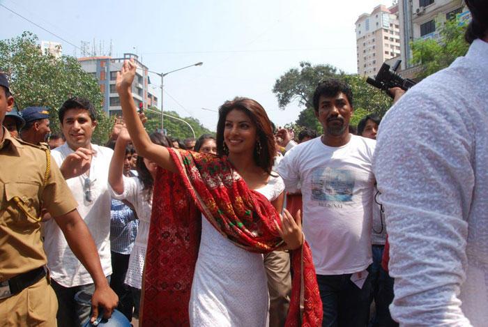 Priyanka Chopra Greets Her Fans