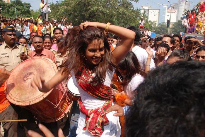 Priyanka Chopra Nice Dance In Street