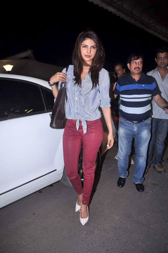 Gorgeous Babe Priyanka Spotted at Airport For IIFA 2012