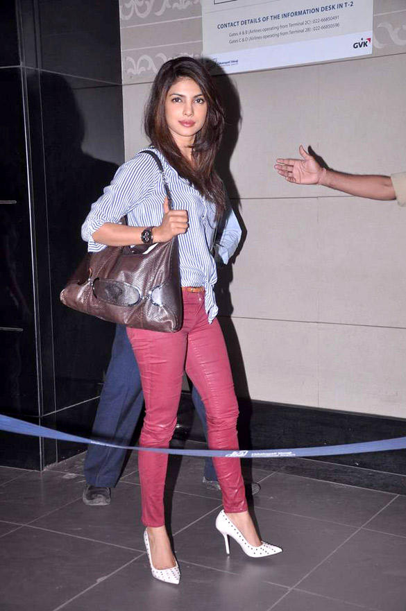 Priyanka Chopra Spotted at Singapore Airport For IIFA 2012