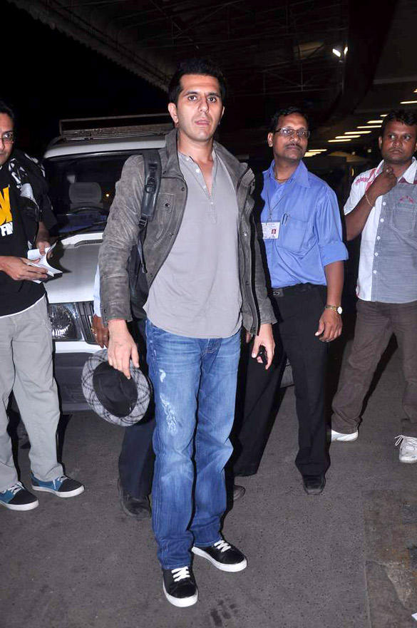 Ritesh Sidhwani Spanned at Airport For IIFA 2012
