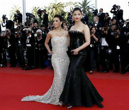 Aishwarya Rai Amazing Black Gown Pic On Red Carpet