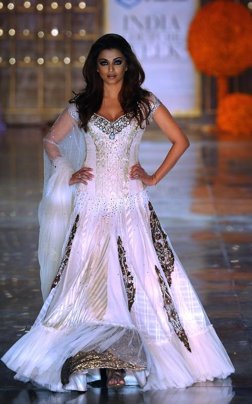 Aishwarya Rai Walks The Ramp In Beautiful Lehenga For Designer Manish Malhotra