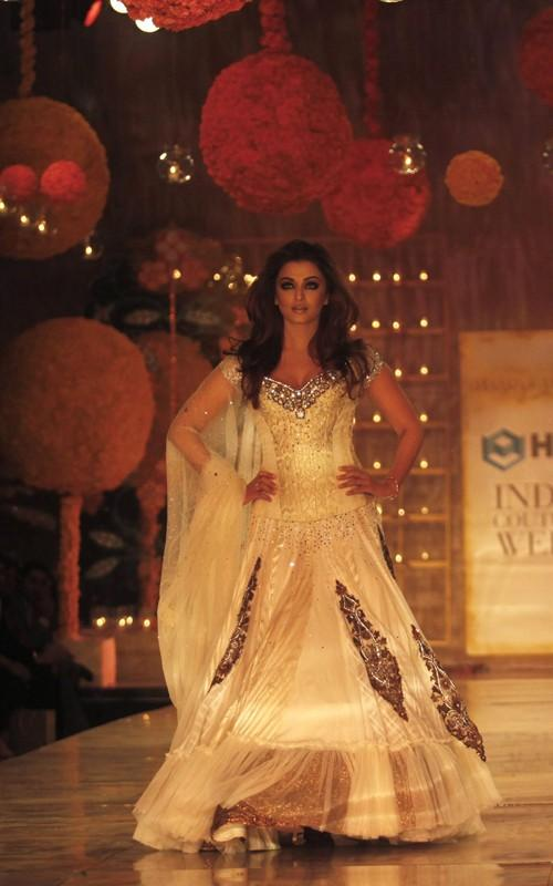 Aishwarya Rai Walks The Ramp For Designer Manish Malhotra at The HDIL