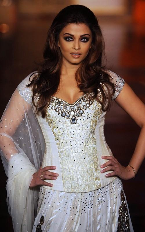 Aishwarya Rai Walks The Ramp For Manish Malhotra