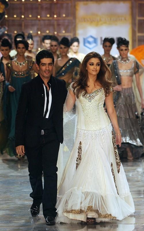 Aishwarya Walks The Ramp for Manish Malhotra at HDIL India Couture Week