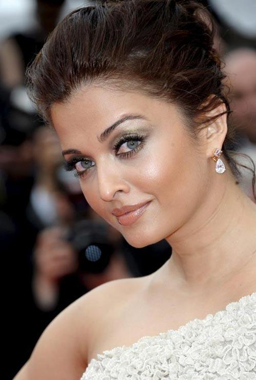 Green Eyes Beauty Aishwarya Rai Sexy Look at Cannes
