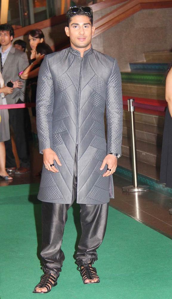 Handsomely Prateik at IIFA Rocks On Green Carpet