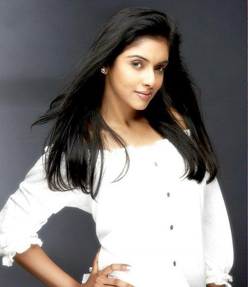 Attractive Actress Asin Thottumkal Glowing Pic