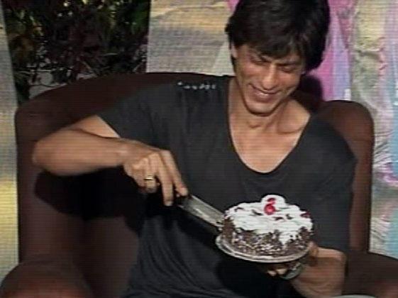 Shahrukh Khan Cake Cutting Photo
