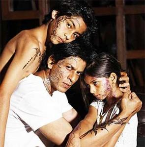 Shahrukh Khan Showing Tattoo With Kids