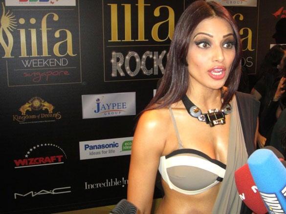 Bipasha Poses On The Green Carpet During IIFA Rocks Fashion Show Event