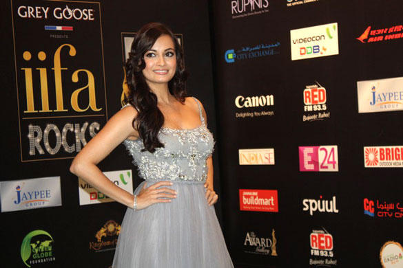 Dia Mirza Poses On Green Carpet At IIFA Rocks 2012 Fashion Show Event