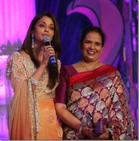 Aishwarya Rai Latest Pic With Mom