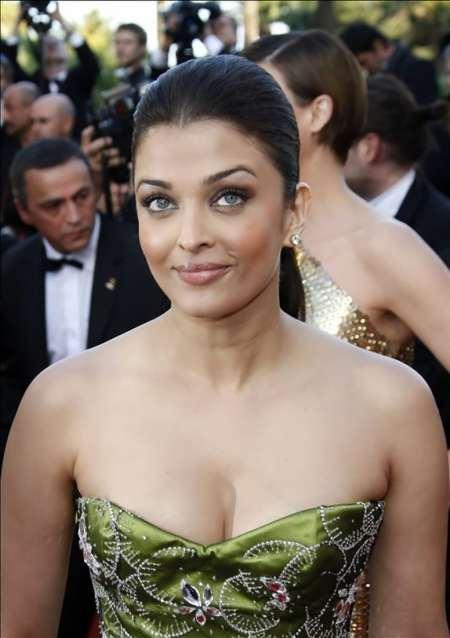 Aishwarya Rai Open Boob Show Still In Strapless Dress