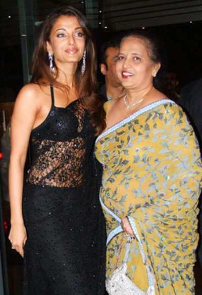 Aishwarya Rai Sexy Black Net Saree Pic With Mom