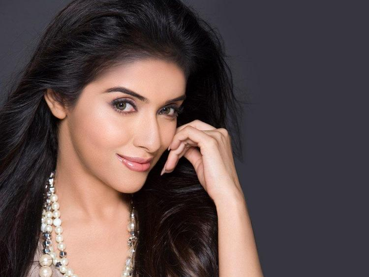 Asin Thottumkal Romantic Face Look Still